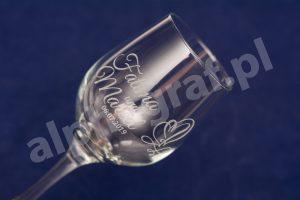 grawer na kieliszkach do wina